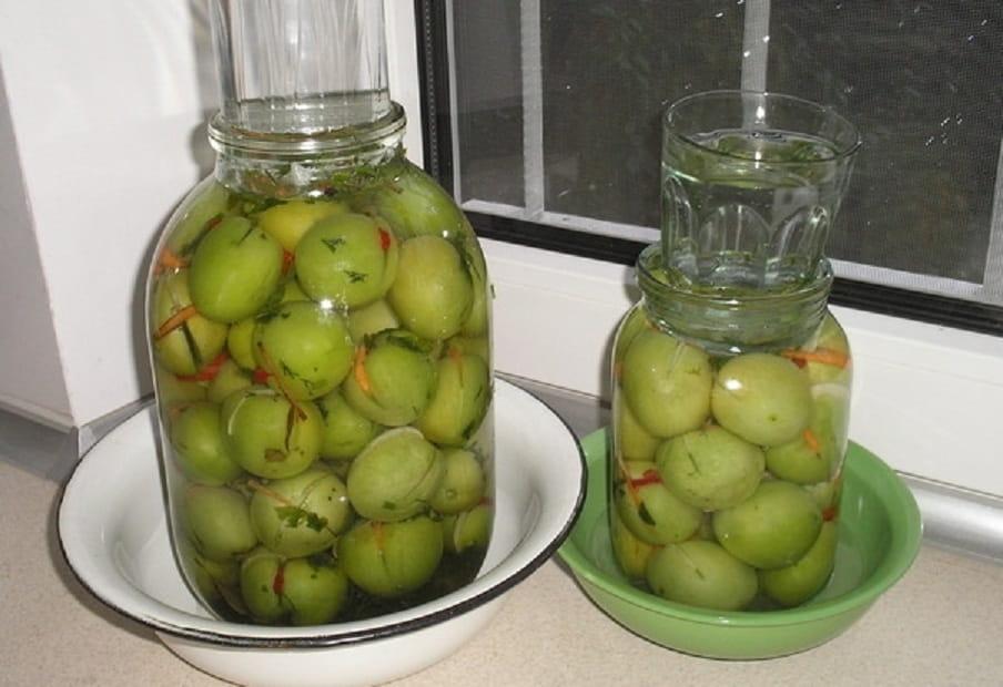 Kvashenye zelenye pomidory v bankah i v kastrjule ochen' vkusnye recepty