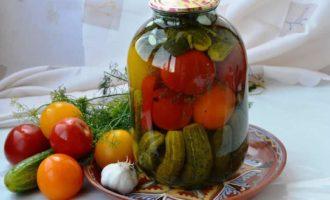 Marinovannye ogurcy i pomidory Assorti s ovoshchami prostye recepty na zimu