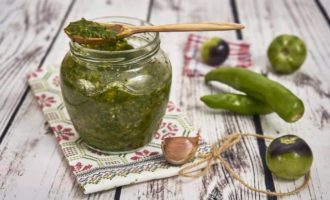 adzhika-iz-zelenyh-pomidor-na-zimu-recepty-palchiki-oblizhesh