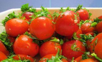 malosolnye-pomidory-bystrogo-prigotovleniya-s-chesnokom-i-zelenyu-v-pakete-i-v-kastryule